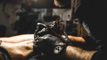 Das geht unter die Haut: Wie gefährlich sind Tattoos im Alter?